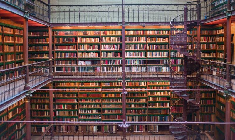 Oud oud bibliotheekbinnenland, plafondboeken, vensters, boekenrek royalty-vrije stock fotografie