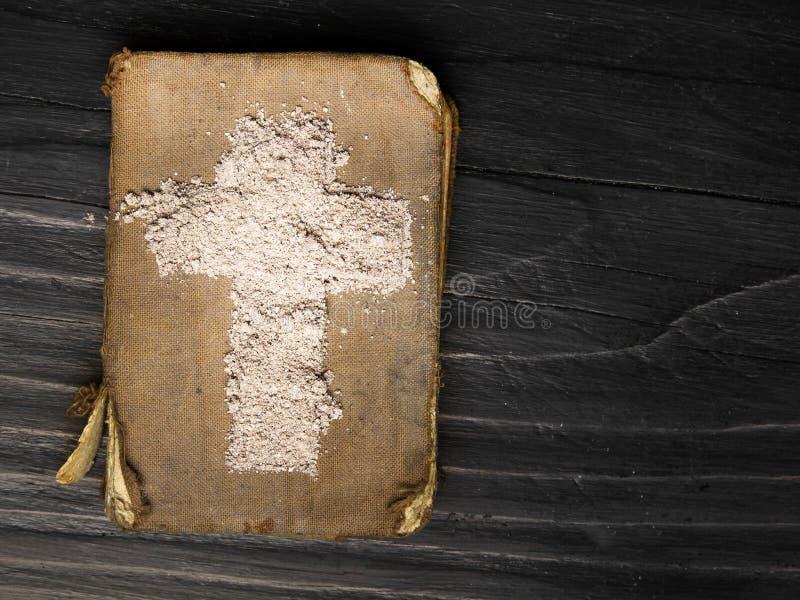 Oud Bijbel en Kruis van as royalty-vrije stock fotografie