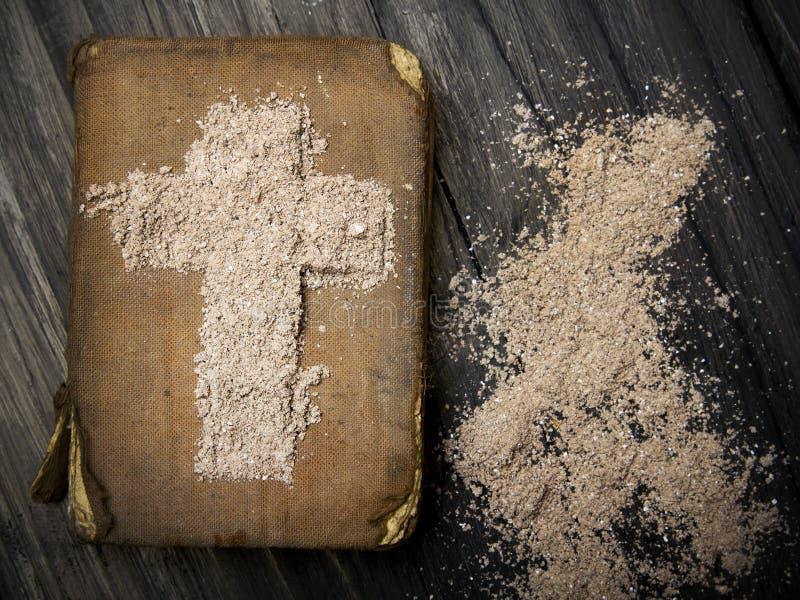 Oud Bijbel en Kruis van as - Ash Wednesday royalty-vrije stock afbeeldingen