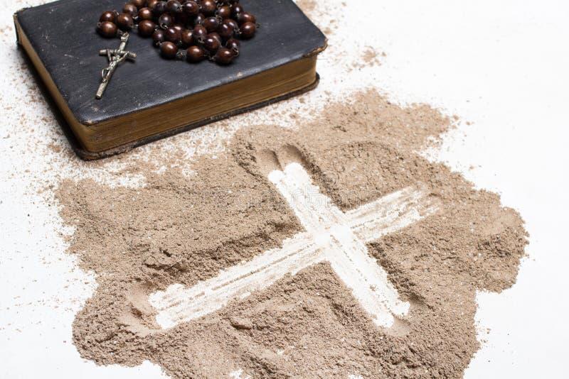 Oud Bijbel, rozentuin en Kruis van as op witte achtergrond - Ash Wednesday stock foto