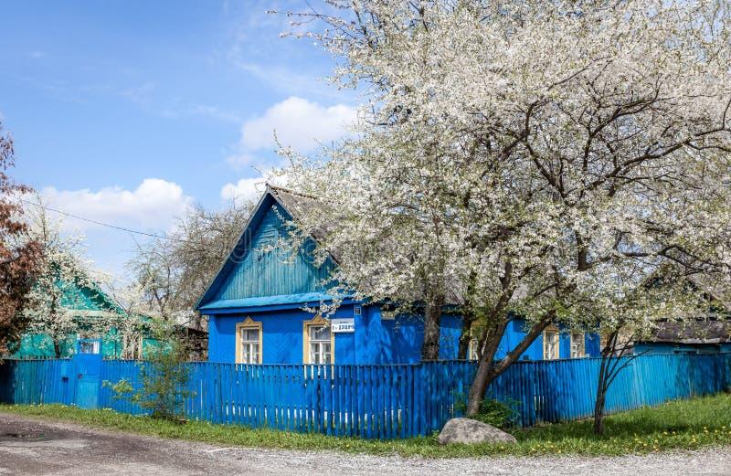Oud blauw huis in minsk wit rusland stock foto afbeelding 85546477 - Oud huis ...