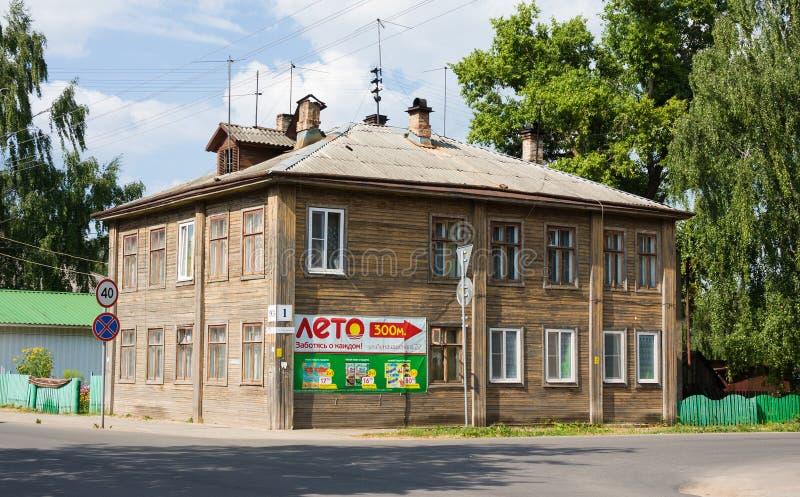 Oud blokhuis bij centrale straat in kleine het noordenstad Veliky Ustyug, Volo royalty-vrije stock afbeeldingen
