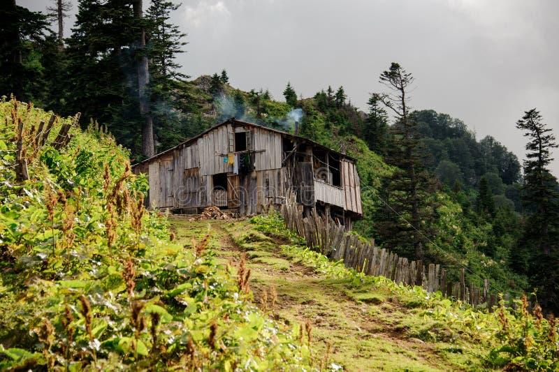 Oud blokhuis in de Georgische bergen royalty-vrije stock foto's