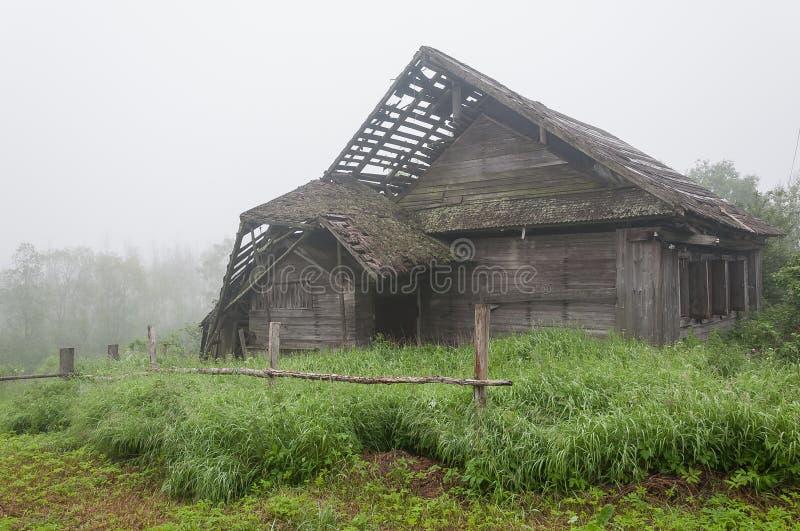 Oud blokhuis in dorp royalty-vrije stock foto's