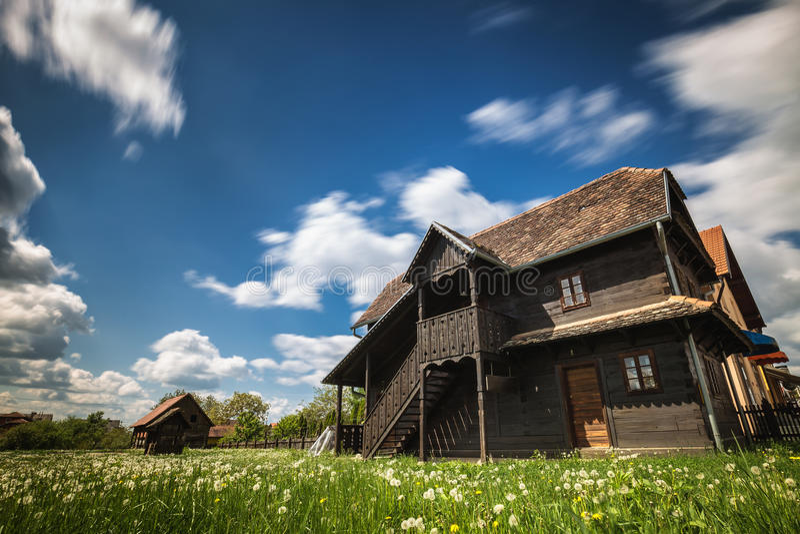 Oud blokhuis onder blauwe hemel stock foto