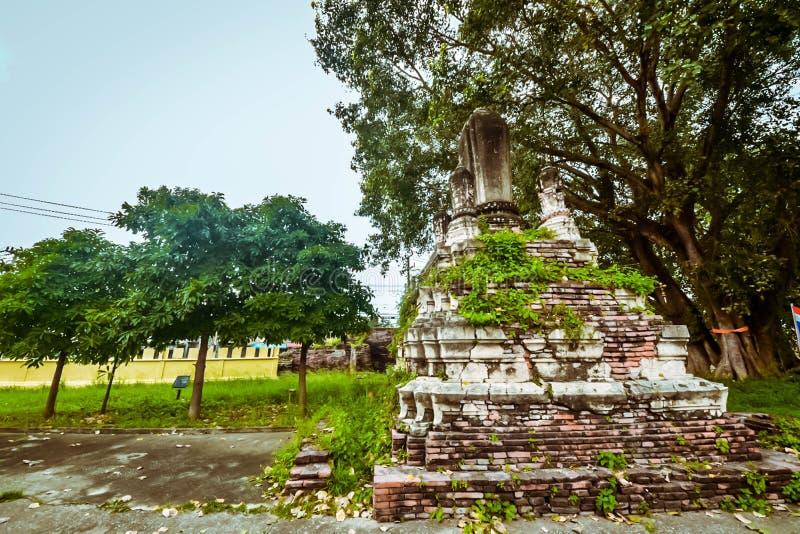Oud boeddhistisch standbeeld op oude pagodeachtergrond stock afbeeldingen