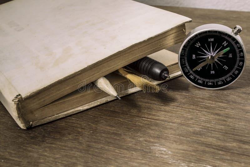 Oud boek met kompas royalty-vrije stock fotografie