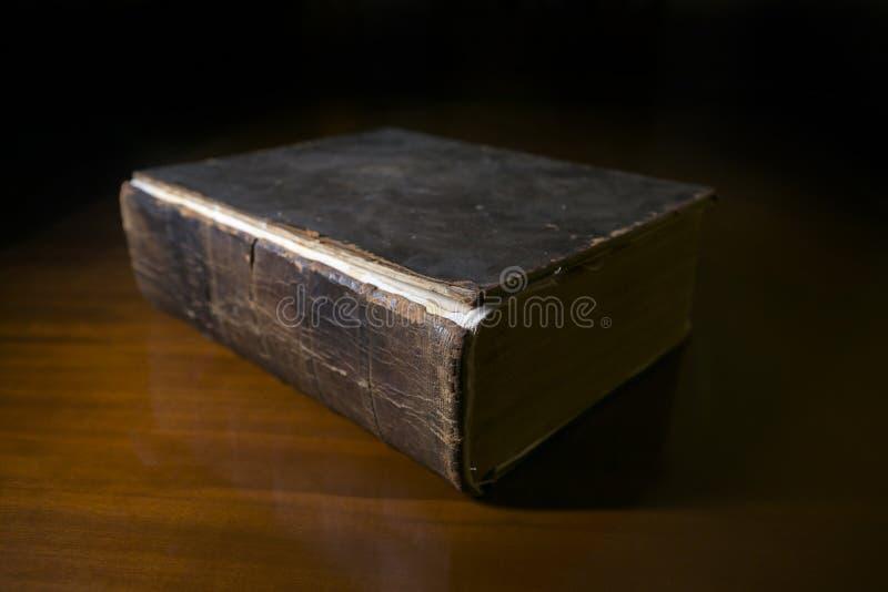 Oud Boek op Bureau stock afbeeldingen