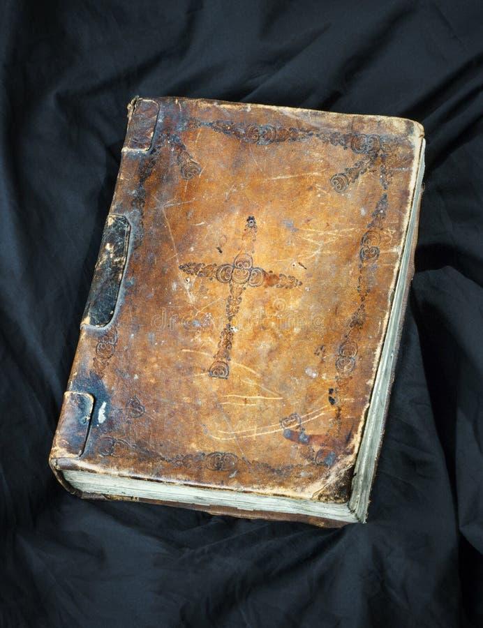 Oud boek op zwarte achtergrond Oude christelijke Bijbel Antiek H stock foto