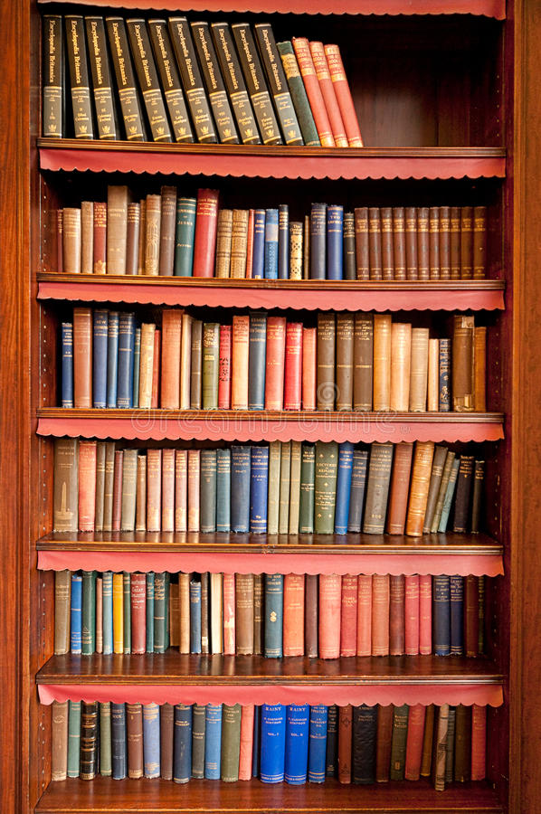 Oud boekenrek in oude bibliotheek royalty-vrije stock foto