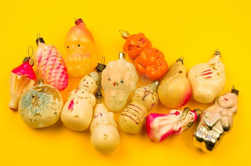 Oud bont-boom speelgoed op een gele achtergrond stock fotografie