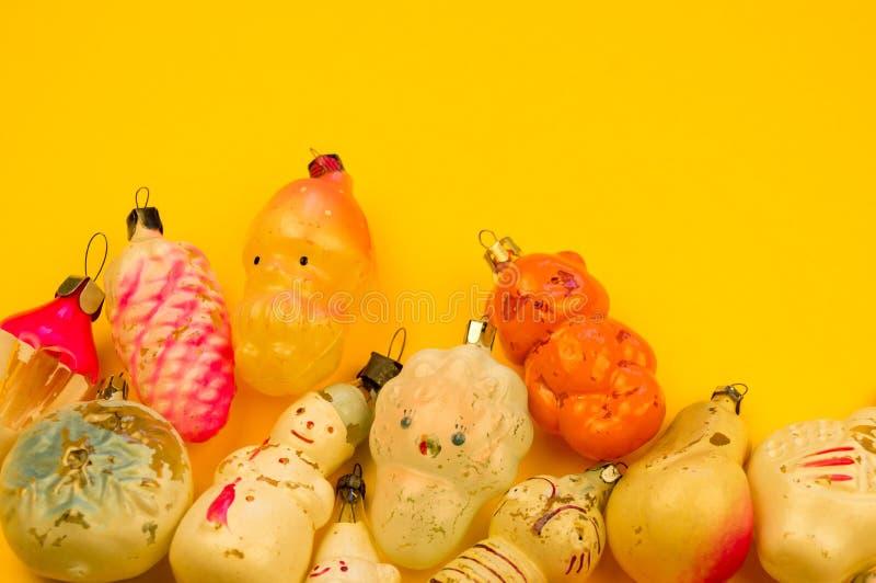Oud bont-boom speelgoed op een gele achtergrond royalty-vrije stock foto