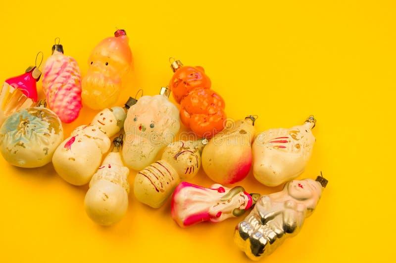Oud bont-boom speelgoed op een gele achtergrond stock foto's