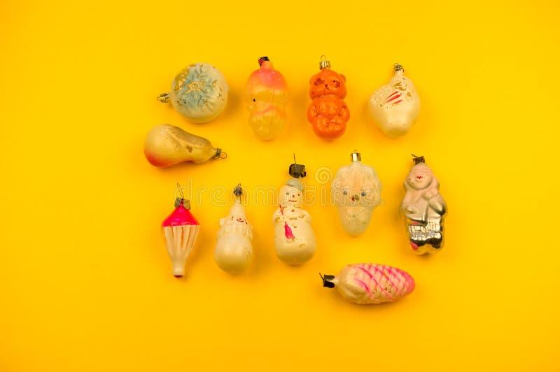 Oud bont-boom speelgoed op een gele achtergrond royalty-vrije stock afbeelding