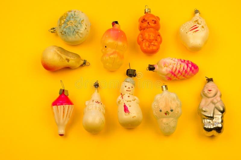 Oud bont-boom speelgoed op een gele achtergrond stock foto