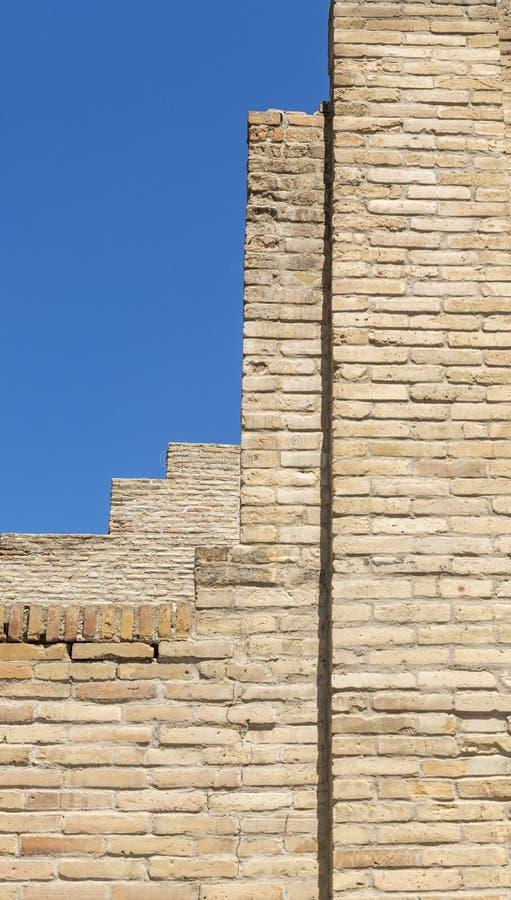 Oud bouwterrein in aanbouw - metselwerk op blauwe hemel stock afbeeldingen