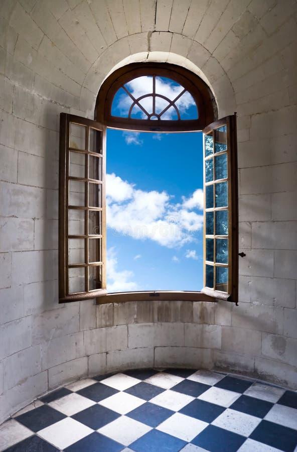 Oud breed open venster in kasteel stock foto's