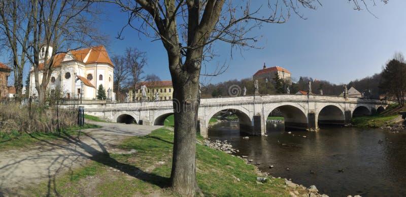 Oud brug en kasteel in Namest-nad Oslavou in Moravië in Tsjechische republiek royalty-vrije stock fotografie