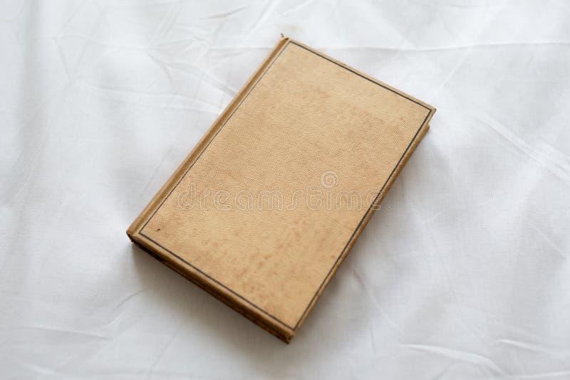 Oud bruin boek hardcover stock afbeelding