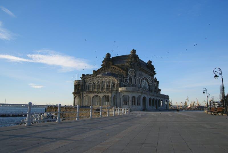 Oud Casino in Constanta, Roemenië, op de promenade van de Zwarte Zee stock afbeelding