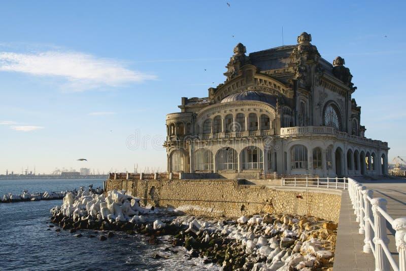 Oud Casino in Constanta, Roemenië, op de promenade van de Zwarte Zee stock foto's