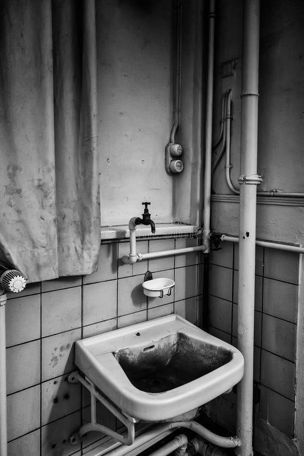 Oud ceramisch bassin stock foto