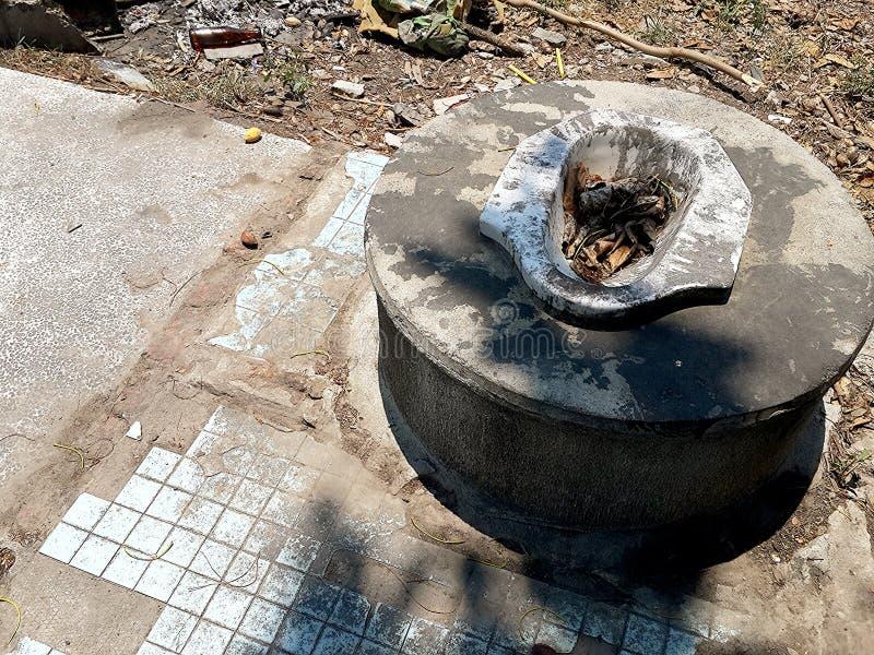 Oud ceramisch toilet stock fotografie