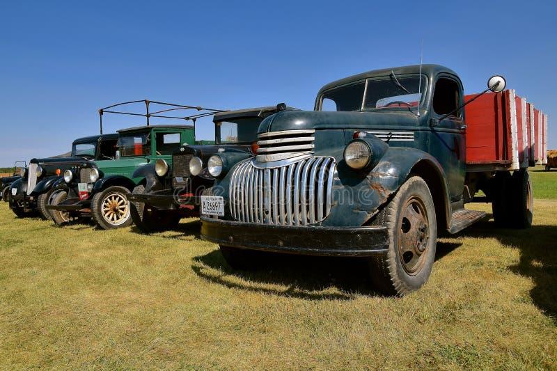 Oud Chevrolet, Internationale en Ford-vrachtwagens in een lijn stock fotografie