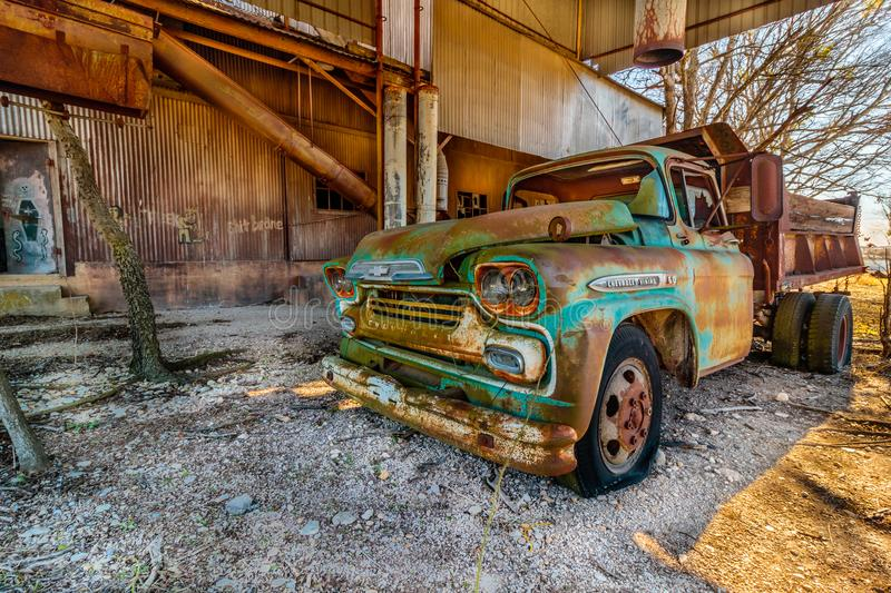 Oud Chevy Truck Parked in Oud Crawford Mill in Walburg Texas royalty-vrije stock foto's