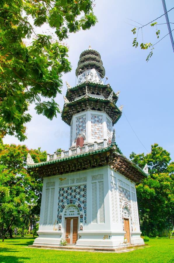 Oud Chinees architectuurontwerp van klokketoren bij Lumpini-park, Bangkok, Thailand stock foto's
