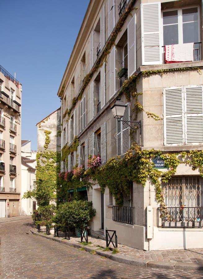 Oud cobbled straat in Montmartre in Parijs royalty-vrije stock afbeelding