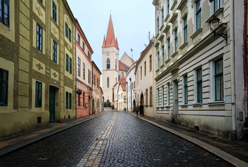 Oud cobblestoned straat de stad in in historisch op een de winterdag Znojmo, Tsjechische Republiek stock fotografie