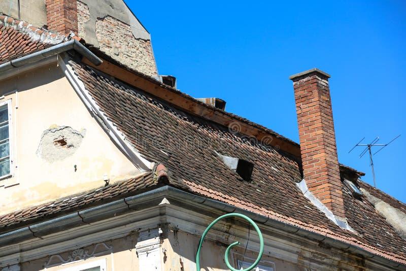 Oud dak in Brasov, România stock afbeeldingen