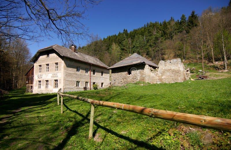 Oud de landbouwhuis in de lenteplatteland royalty-vrije stock fotografie