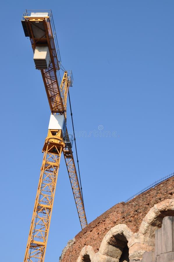Oud de muuramfitheater van arenadi Verona met bouwkraan stock afbeeldingen