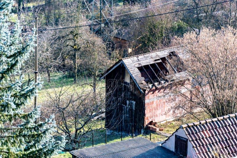 Oud destroed hut die in de tuin rotten royalty-vrije stock afbeelding