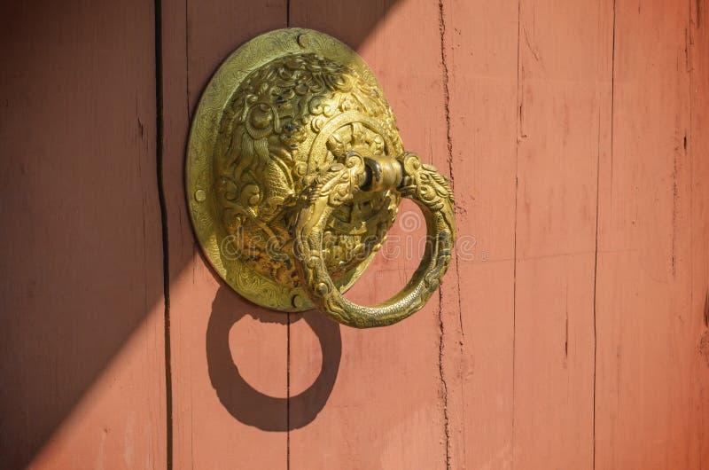 Oud deurhandvat op houten deur en zonlicht royalty-vrije stock afbeeldingen