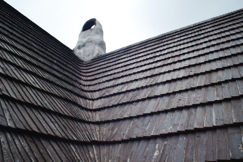 Oud die dak van houten dakspanen wordt gemaakt Traditionele architectuur in Europa stock foto's