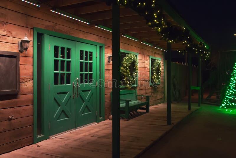 Oud die de Boerderijhuis van Wilde Westennen met de Kleuren van de Kerstmisvakantie wordt verfraaid stock foto