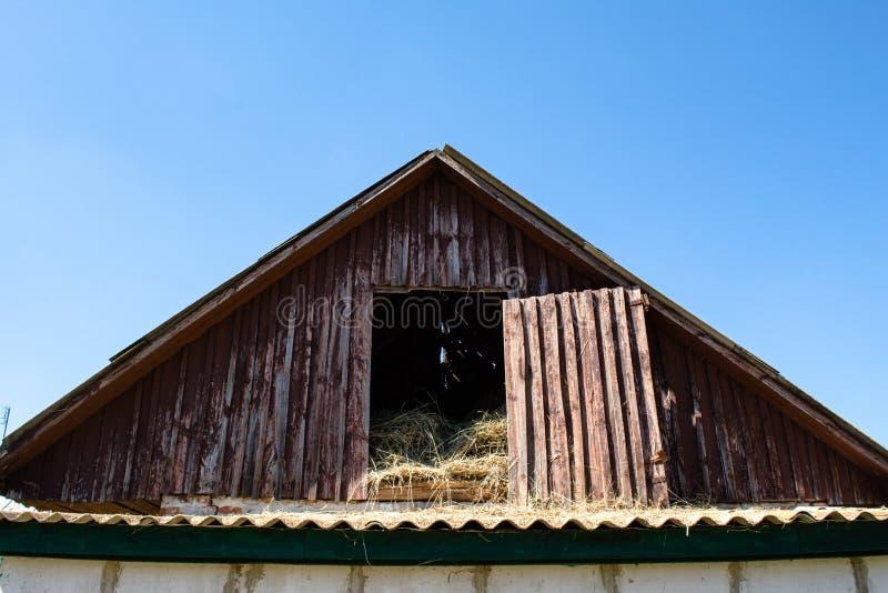 Oud die depot als hooiopslag wordt gebruikt in het dorp wordt gevestigd stock foto