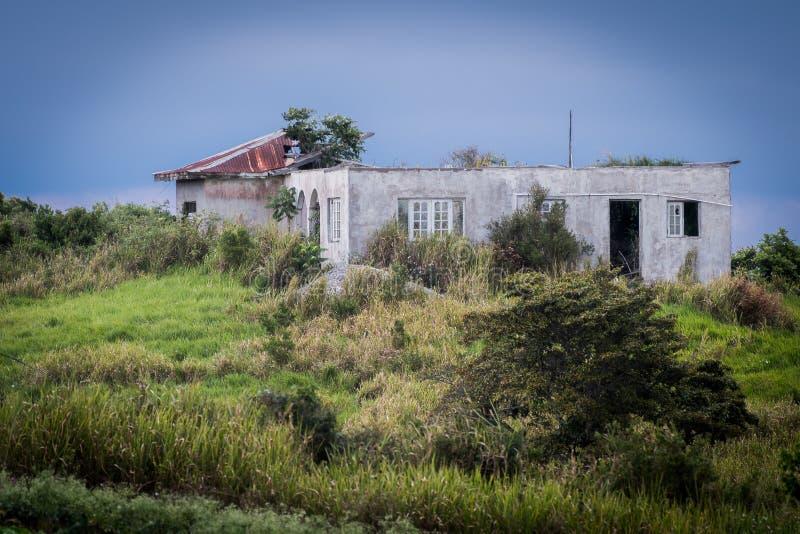 Oud die huis door vernietiging van een orkaan wordt ontmoet stock afbeeldingen