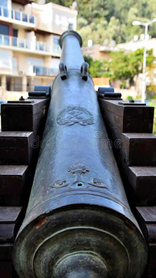Oud die kanon aan de moderne bouw wordt geleid stock afbeelding
