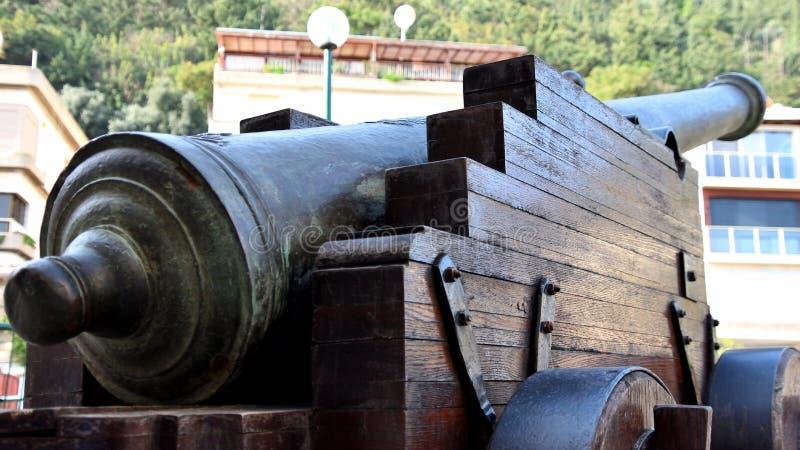 Oud die kanon aan de moderne bouw wordt geleid stock afbeeldingen