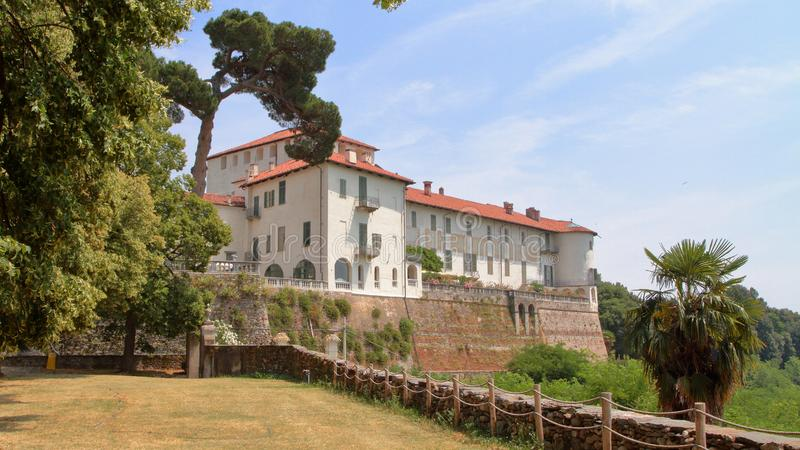 Oud die kasteel in masinodorp wordt geplaatst in Itali? stock foto's