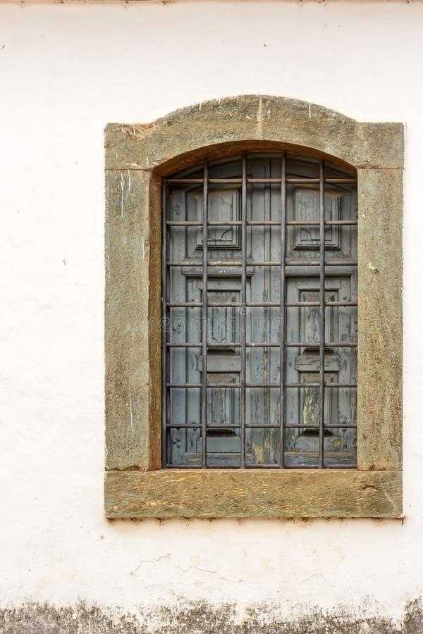 Oud die kerkvenster van hout in koloniale stijl wordt gemaakt stock afbeeldingen