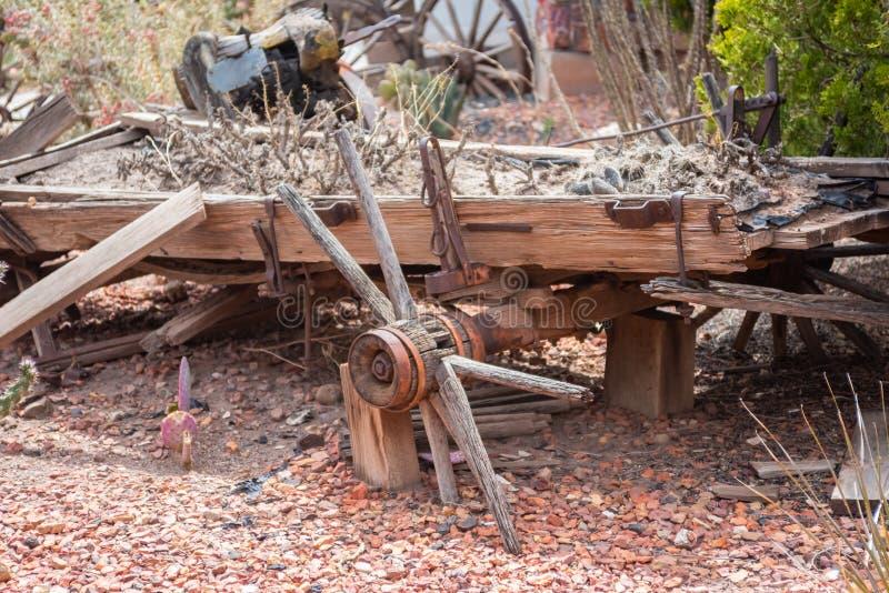Oud dilapidated wagenwiel stock fotografie