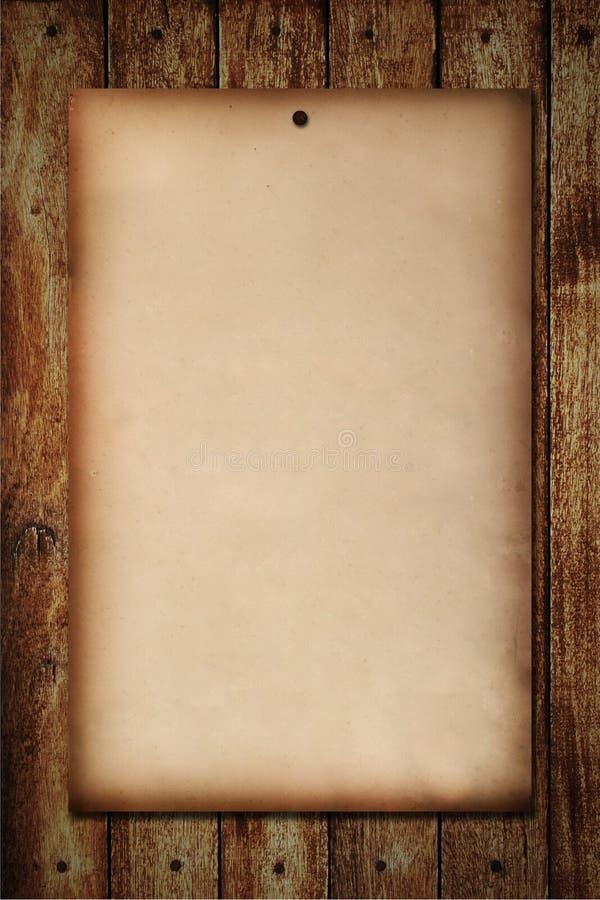 Oud document dat op houten muur wordt genageld royalty-vrije illustratie