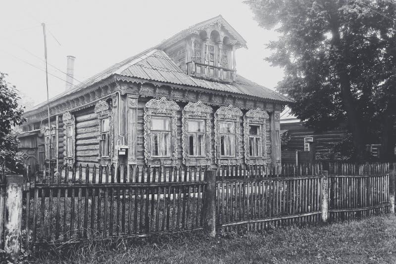 Oud doorstaan blokhuis in het dorp, Russisch dorp Zwarte witte retro foto, royalty-vrije stock foto's