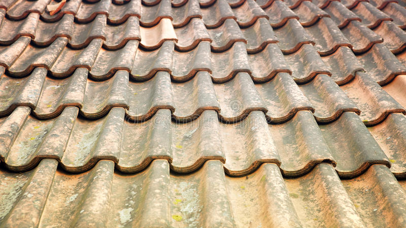 Oud doorstaan dak met rode tegels royalty-vrije stock afbeeldingen