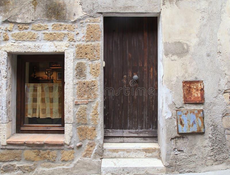 Oud doorstaan houten deur en venster van rustiek dorpshuis, Turkije royalty-vrije stock foto's